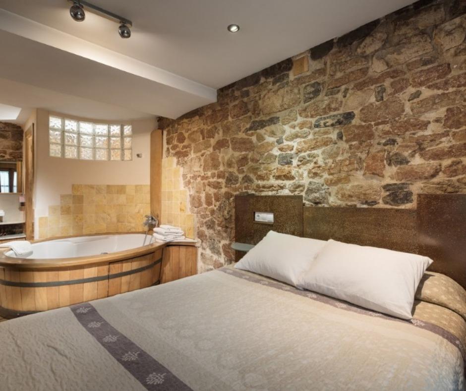 Dormitorio casa rural con Jacuzzi Los Viajes de Hermes